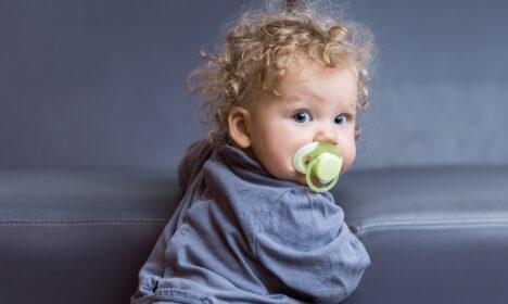 Nebulizacja dziecka ze smoczkiem w buzi